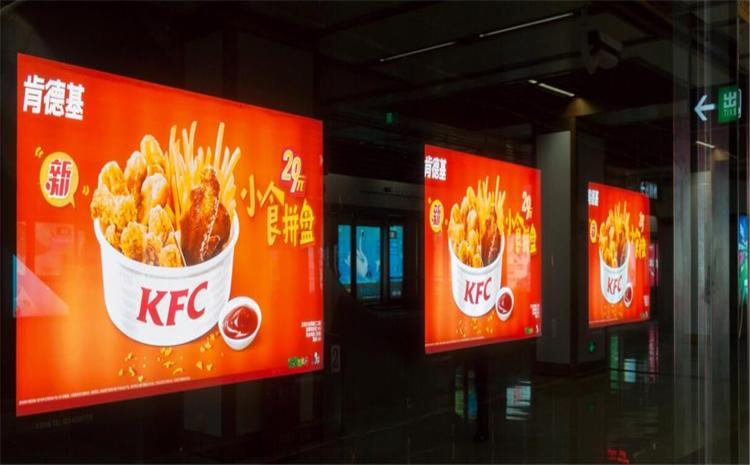 南京地铁3号线秣周东路站通道12封灯箱广告
