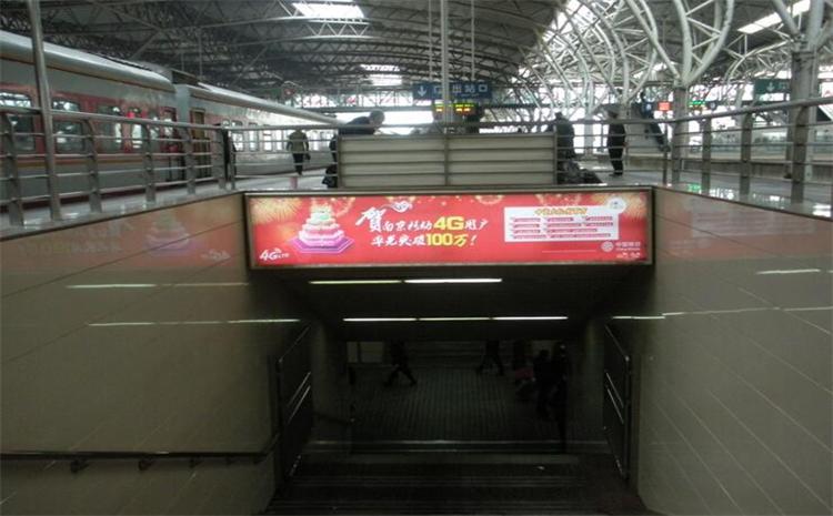 南京火车站站台通道灯箱广告四