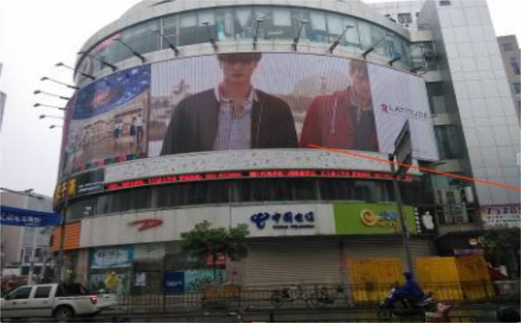 镇江中山东路太和广场楼体三面翻广告