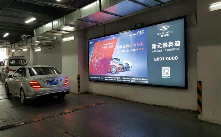广州保利中环广场停车场灯箱广告